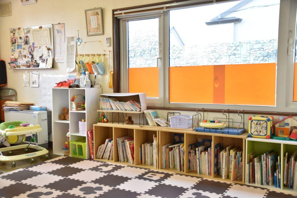 おもちゃや絵本が並ぶ待合室